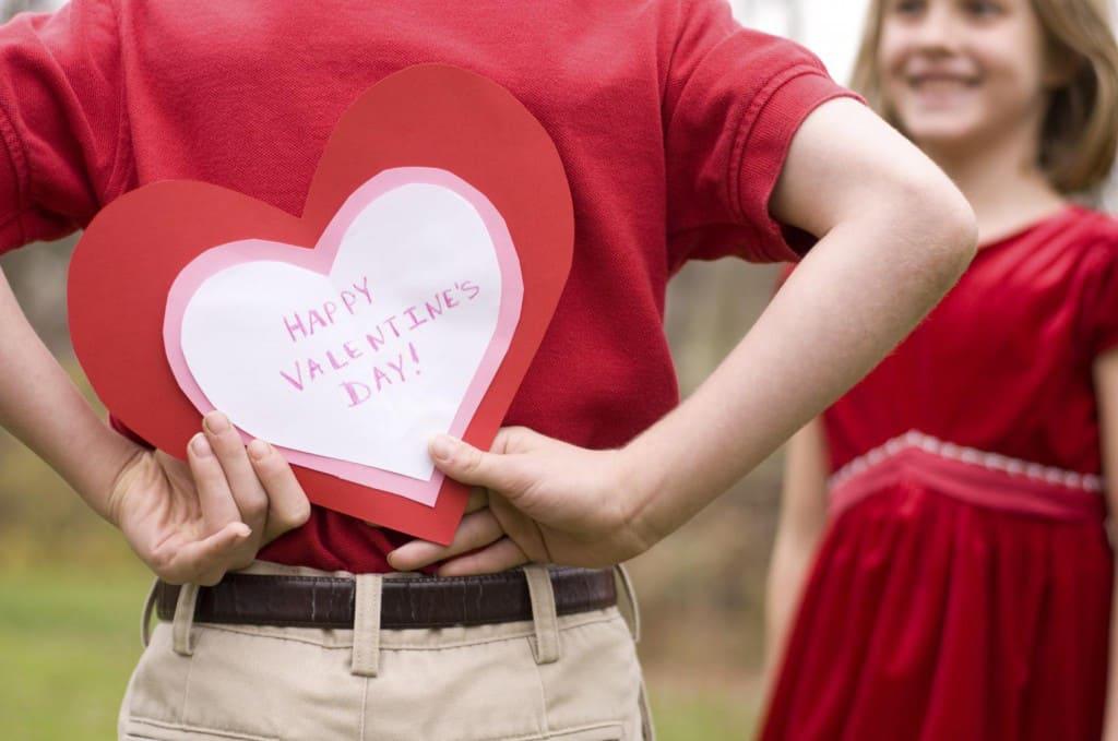 Картинки парень дарит сердце девушке